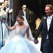 Sängerin Victoria Swarovski ist überglücklich; das ist unübersehbar. Fast wie einen Pokal, hält sie den Brautstrauß in die Höhe.