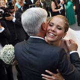 Glücklich fällt Victoria Swarovski ihrem Vater Paul in die Arme.