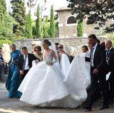 Was für ein Kleid! Victoria Swarovskis weißes Prinzessinnenkleid mit ellenlanger, ausfallender Schleppe sorgte für offene Kinnladen.