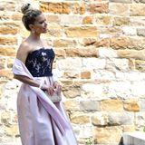 Sylvie Meis setzt als Hochzeits-Gast ihrer Freundin Victoria Swarovski auf ein rosefarbenes Kleid mit schwarzer Spitzen-Corsage. Ihre Haare trägt sie zu einem eleganten, hohen Dutt. Doch das schönste Accessoire trägt sie neben sich ...