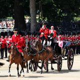 Was für ein Spektakel: Vor britischem Militär und Tausenden von Zuschauern lässt sich Herzogin Catherine über den Horse Guards Parade kutschieren.