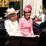 Herzoginnen Camilla und Catherine lassen sich gut gelaunt über den Platz fahren.
