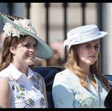 Prinzessin Eugenie und Prinzessin Beatrice lassen sich bei Trooping the Colour, der offiziellen Geburtstagsparade für die Queen, über den Platz kutschieren.