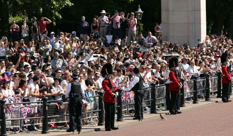 Zahlreiche Besucher freuen sich auf die Parade. Sie warten gespannt auf ihre Lieblingsroyals, die gleich in Kutschen über den Platz gefahren werden.