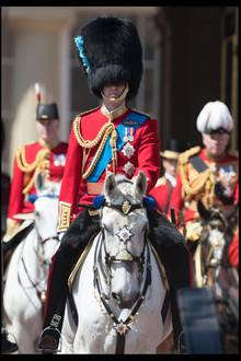 """In traditionellem militärischen Gewand, mit dem charakteristischen """"Bearskin Hat"""", reitet Prinz William voran."""