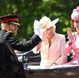 Auch Prinz Harry ist mit in der Kutsche: Fans warten gebannt, ob seine Freundin Meghan Markle mit dabei sein wird.