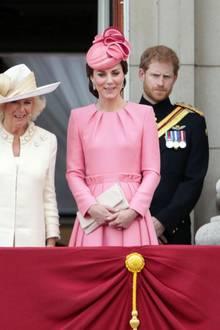 """Auf dem Balkon des Buckingham-Palasts: Prinz Andrew, Prinz Edward, Prinzessin Beatrice, Prinzessin Eugenie, Herzogin Camilla, Herzogin Catherine und Prinz Harry bei """"Trooping the Colour"""", der offiziellen Geburtstagsparade für die Queen am Horse Guards Parade."""