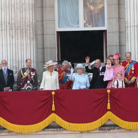 Die ganze große königliche Familie ist auf dem Balkon angetreten, mit wenigen Ausnahmen. Insgesamt rund 50 Personen feiern hier mit Queen Elizabeth.
