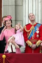 Ja was passiert da so Interessantes am Himmel? Herzogin Catherine, Prinz William und ihre Kinder Prinz George und Prinzessin Charlotte bestaunen die Flugshow über dem Palast.