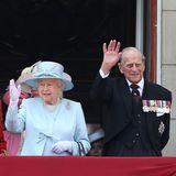 Das Geburtstagskind grüßt zum Abschluss: Queen Elizabeth und Prinz Philip auf dem Balkon des Buckingham-Palasts.