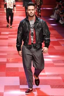 Wen haben wir denn da auf dem Dolce&Gabbana-Catwalk entdeckt? Richtig, es ist der Schwager von Pippa Middleton, Spencer Matthews. Der hübsche Bruder ihres Mannes James sollte Ihnen spätestens seit Pippas Hochzeit ein Begriff sein.