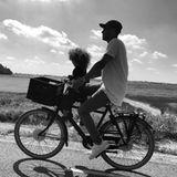 Nicht nur ihren eigenen Vater, sondern auch den Vater ihrer Kinder grüßt Model Doutzen Kroes zum Vatertag. Dazu postet sie dieses stimmungsvolle Foto von Ehemann Sunnery James und TochterMyllena.
