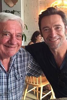 Nettes Familienessen zum Vatertag im Restaurant: Superstar Hugh Jackman (r.) posiert neben seinem Vater Christopher John Jackman.