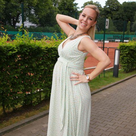 """Strahlend schön und mit deutlich sichtbarem Babybauch besuchte """"Let's Dance""""-Tänzerin Isabel Edvardsson das Aspria-Sommerfest in Hamburg."""