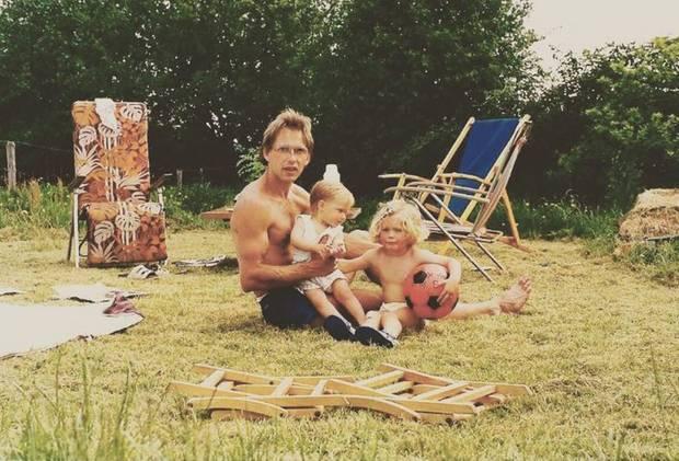 """Zum Vatertag teilt Model Doutzen Kroes ein altes Foto von ihr, ihrem Vater und Schwester Rens. """"Ich rieche das gras, wenn ich das Foto betrachte und spüre die Liebe von unserem tollen Vater"""", postet sie dazu."""