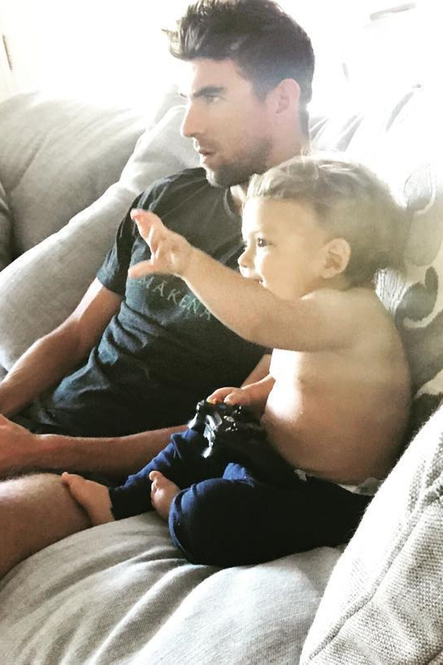 """Auf die Kuscheleinheit folgt Spielzeit: Zusammen mit Papa Michael zockt Boomer Videospiele. """"Ich hab den besten Papa!"""" steht unter dem Schnappschuss auf Instagram"""