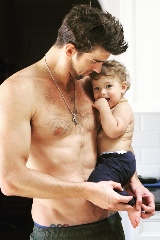 Michael Phelps und Söhnchen Boomer im Partnerlook: Zum Vatertag kuschelt sich der Knirps oben ohne an seinen Papa, der ebenfalls auf ein T-Shirt verzichtet hat. Gemessen an Boomers Gesichtsausdruck genießt der kleine Mann die Kuscheleinheit sehr.