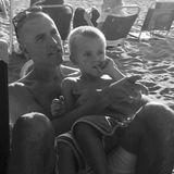 """Reese Witherspoon schreibt zu ihrem Strand-Schnappschuss von Jim Toth und Söhnchen Tennessee """"Fröhlichen Vatertag für diesen wunderbaren Mann! Lasst uns heute alle großartigen Dads der Welt feiern"""""""