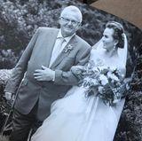 """...dann dankt sie ihrem eigenen Papa mit diesem Foto von ihrer Hochzeit, auf der er sie zum Altar führt. Sie schreibt wie stolz sie an diesem Tag war, an seinem Arm vor den Altar zu treten und wie stolz sie auf ihn als Vater sei. """"In Liebe, dein popelnasiger Spaßvogel"""", beendet sie ihr Posting"""