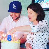 """Cobie Smulders feiert alle sensiblen, starken, liebevollen und geduldigen Vätern. Ihrem Eheman Taran dankt sie dafür, dass er ein so toller Partner und Elternteil ist """"PS: Er hat die Torte gebacken"""" gibt die Schauspielerin zu."""