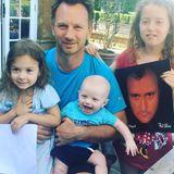 zum Vatertag dankte Geri Horner ihrem Ehemann Christian mit diesem zauberhaften Schnappschuss. Bleibt allerdings die Frage, wie sich Phil Collins aufs Familienfoto geschlichen hat...?