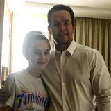 Stolzer Papa: Mark Wahlberg mit seiner Tochter. Er vermisse seine Frau und die drei weiteren Kinder, schrieb der Schauspieler und wünschte allen Vätern einen frohen Vatertag