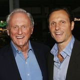 Das attraktive Lächeln hat Schauspieler Tony Goldwyn definitiv vom Vater geerbt, wie dieses Foto beweist. Zum Schnappschuss schrieb er, dass er seinen stylischen Dad an diesem Vatertag vermisse.