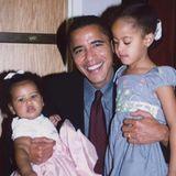 """""""Unsere Töchter mögen heute größer und älter sein, aber sie werden immer deine kleinen Mädchen sein"""", schreibt Michelle Obama zu diesem süßen Schnappschuss von Ex-Präsident Barack Obama mit den Töchtern Malia und Sasha."""