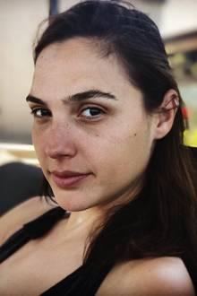 Nach einer durchwachten Nacht mit ihrem drei Monate alten Baby zeigt sich Wonder Woman-Star Gal Gadot ungeschminkt auf Instagram. Augenringe können der Schönheit der 32-Jährigen nichts anhaben.