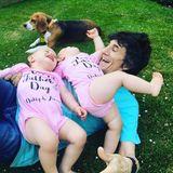 Die Zwillinge Alice und Gracie bekommen extra rosafarbene Strampler zum Vatertag. Der stolze Papa Ron Wood tobt ausgelassen mit seinen Wonneproppen.