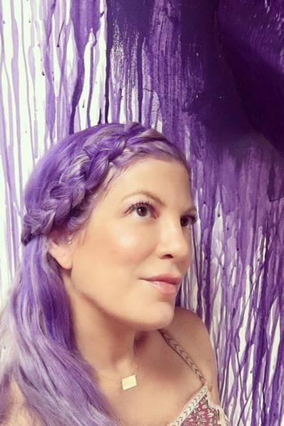 Tori Spelling als Lila-Laune-Bär - ein ungewohntes Bild. Die fünffache Mutter scheint aber ganz begeistert von ihrer neuen, extravaganten Haarfarbe.