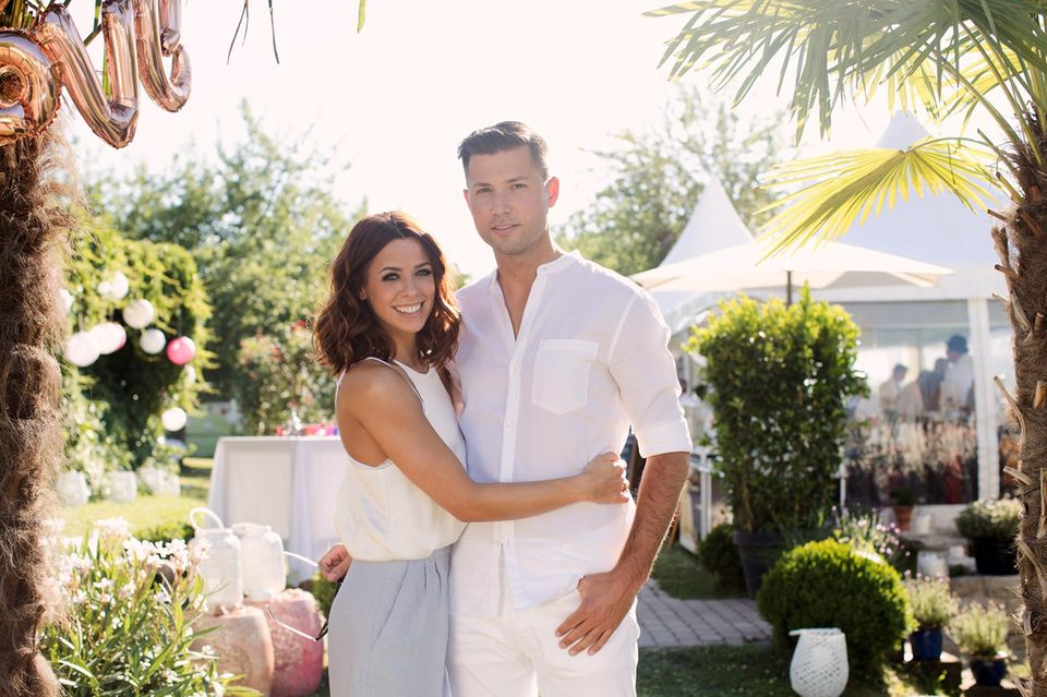 Vanessa Mai und Andreas Ferber strahlen bei ihrer After-Wedding-Party am 19. Juni 2017 glücklich in die Kamera.