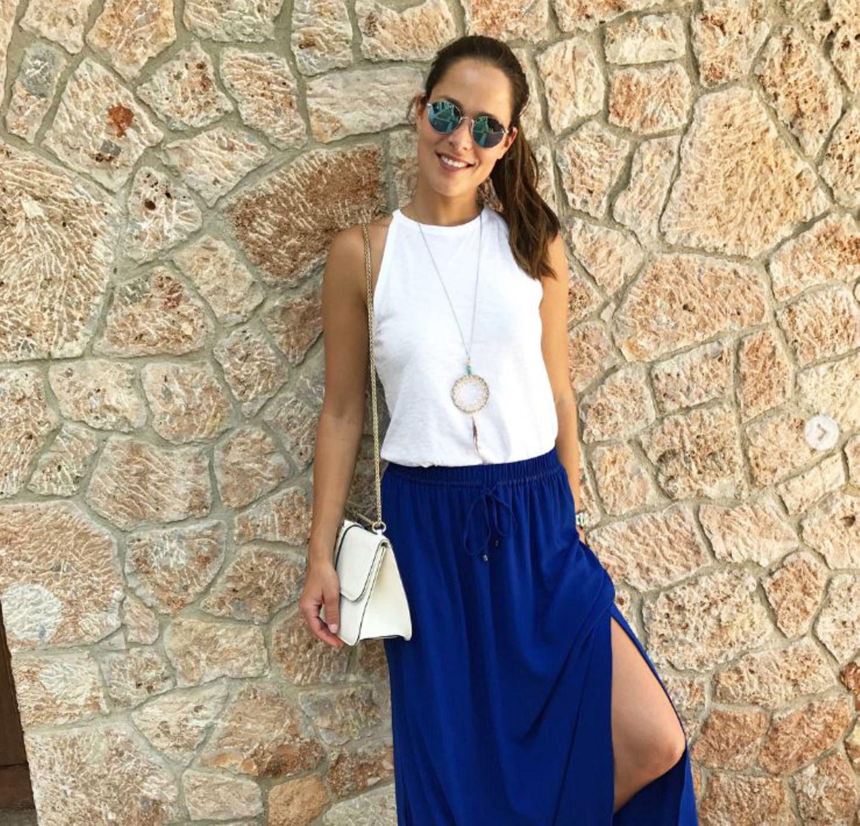 Ganz schön lässig, Frau Ivanovic! Ana setzt bei heißen Temperaturen auf ein schlichtes weißes Top in Kombination mit einem royalblauen Maxirock. Der hat nicht nur einen sexy hohen Beinschlitz, sondern ist auch noch ein echtes Schnäppchen ...