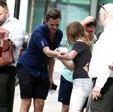 Geri Halliwell nimmt sich Zeit für Autogramme. Da ein Fan kein Papier hat, muss eben sein Arm dafür herhalten.