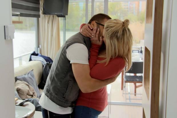 Leidenschaftlich küssen sich der Café-Besitzer und die Medizin-Studentin.