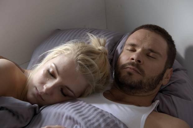 Lilly schmiegt sich nach dem Sex an Tuner. Zu sehen in GSZ-Folge 6279 am 20. Juni 2017.