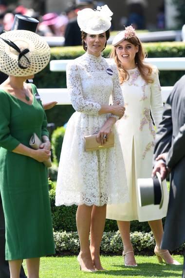 Das Kleid von Herzogin Catherine ist ein wahrgewordener Kleidertraum des britischen Labels Alexander McQueen. Weiße Spitze und ein weiblicher Schnitt lassen das Kleid wie ein Hochzeitskleid wirken. Dazu kombiniert die Frau von Prinz William eine goldene Clutch und die selben nude-farbenen Pumps, wie bei ihrem Debut im vorherigen Jahr.