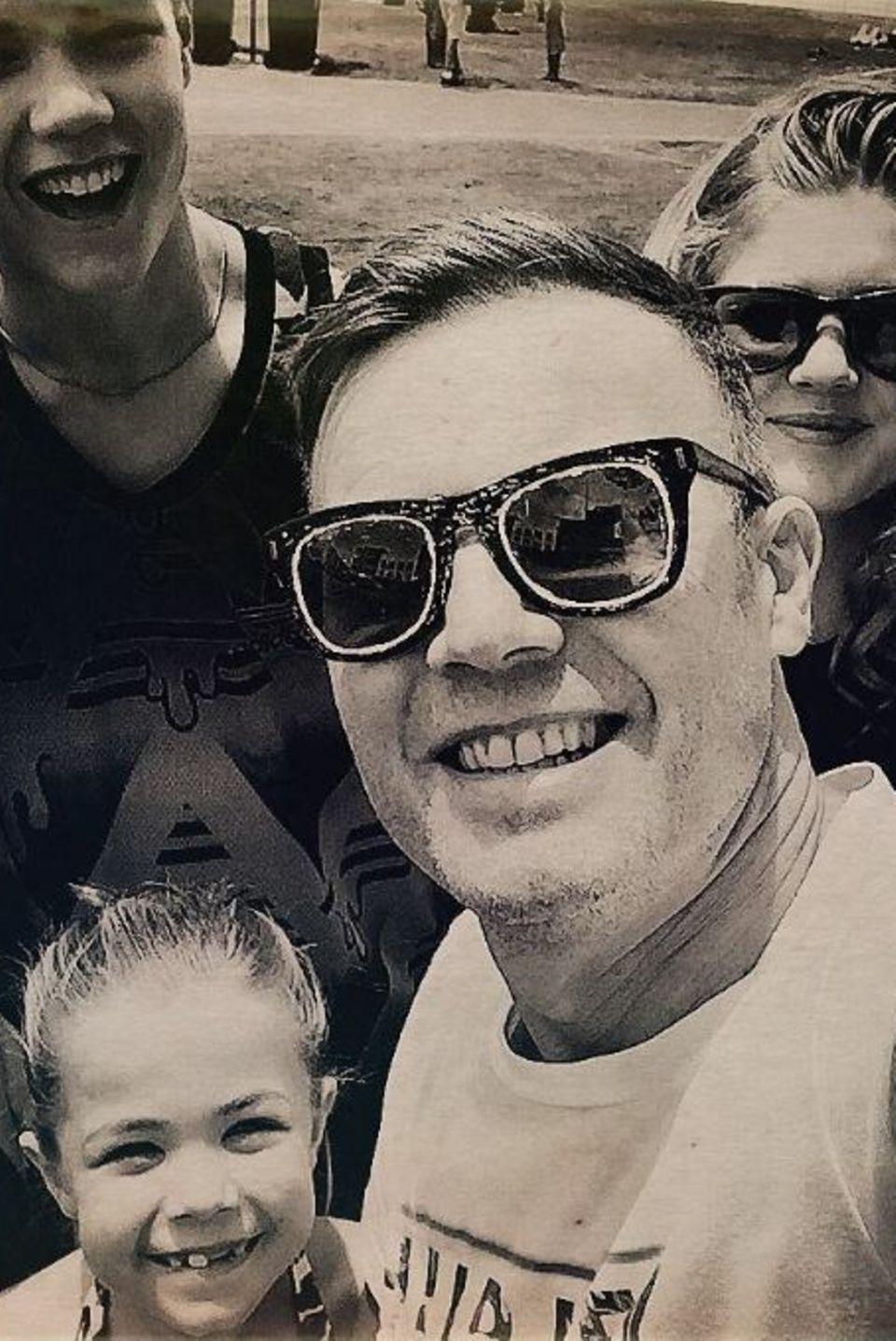 """18. Juni 2017  Zum Vatertag postete Sänger Gary Barlow ein Familienfoto. Der""""Take That""""-Star hält sich für gewöhnlich mit privaten Einblicken zurück. Umso mehr freuen wir uns über das Foto mit Ehefrau Dawn Andrews, Sohn Daniel, Tochter Emily und seiner Jüngsten Daisy."""
