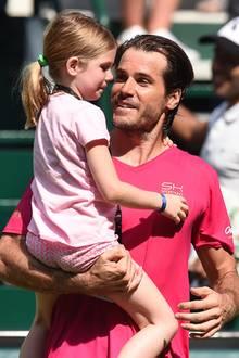 20. Juni 2017  Tennisspieler Tommy Haas und Tochter Valentina nehmen Abschied von den Fans: Beim Rasenturnier in Halle schied Haas leider schon in der ersten Runde aus, was seine Kleine wohl besonders traurig machte. Haas war über die Tränen seiner süßen Tochter sichtlich gerührt.
