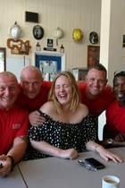 """21. Juni 2017  Superstar Adele überraschte die Feuerwehrmänner der """"Chelsea Fire Station"""", um sich für ihren beispiellosen Einsatz bei der Brandbekämpfung des Londoner Grenfell Towers zu bedanken."""