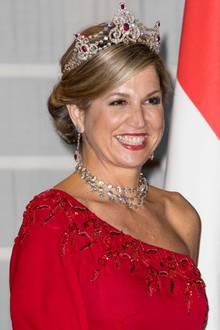 Bella Máxima! Am ersten Tag ihres Staatsbesuchs in Italien trägt Máxima die Rubinen-Garnitur von Juwelier Mellerio. Doch auch ihr Kleid ist ein echter Hochkaräter...