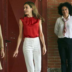 Zu einem roten Top von Carolina Herrera kombiniert Letizia von Spanien eine weiße Chino-Hose von Massimo Dutti und passende, rote Heels von Mango.