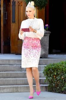 Fashion ist ihre Religion. Gwen Stefani im Pencil Skirt, den sie zu Pumps, Kreuz und Bluse mixt