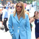 Bei dem hilflosen Opfer der Naturgewalt handelt es sich um Pop-Star Rita Ora, die gerade in New York unterwegs ist.