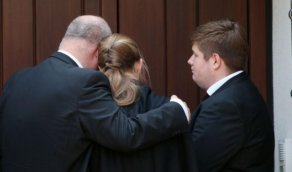 Walter Kohl mit seinen beiden Kindern vor der Haustür von Helmut Kohl (†).