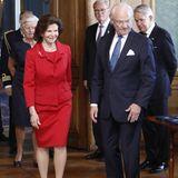 Auch Königin Silvia entscheidet sich für die Farbe der Liebe. In einem roten Zweiteiler kommt sie zur Medaillenübergabe im königlichen Schloss Stockholm.