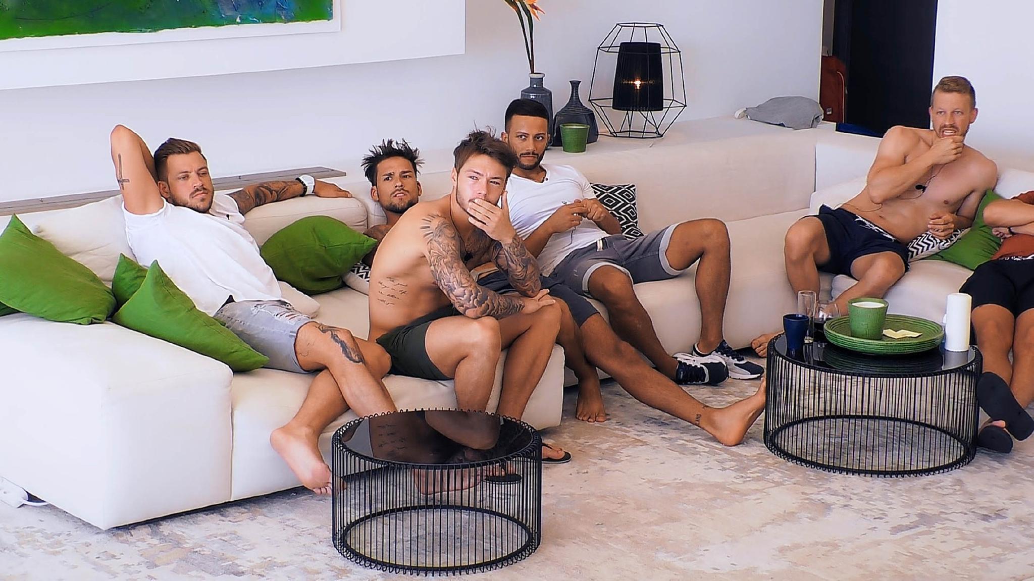 Alex, Michael, Marco, Domenico und Lars warten auf ihre Bachelorette in der Kandidatenvilla in Marbella.