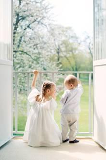 22. Juni 2017  Prinzessin Estelle und Brüderchen Prinz Oscar vor zauberhafter Kulisse: Es entsteht eine Szene, fast wie im Traum. Mutter Victoria von Schweden kann sich über die wundervollen Erinnerungsfotos nur freuen.