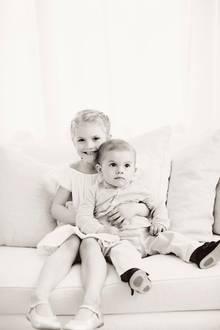 22. Juni 2017  Die royalen Geschwisterkinder haben sich lieb: Prinzessin Estelle hält ihren kleinen Bruder Prinz Oscar im Arm.