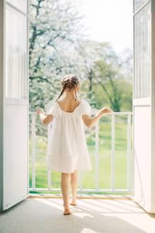 22. Juni 2017  Ein Foto wie aus einem Traum: Ganz in Weiß schaut Prinzessin Estelle auf den wunderschönen Garten hinab, während die ersten Sonnenstrahlen das helle Zimmer streifen.
